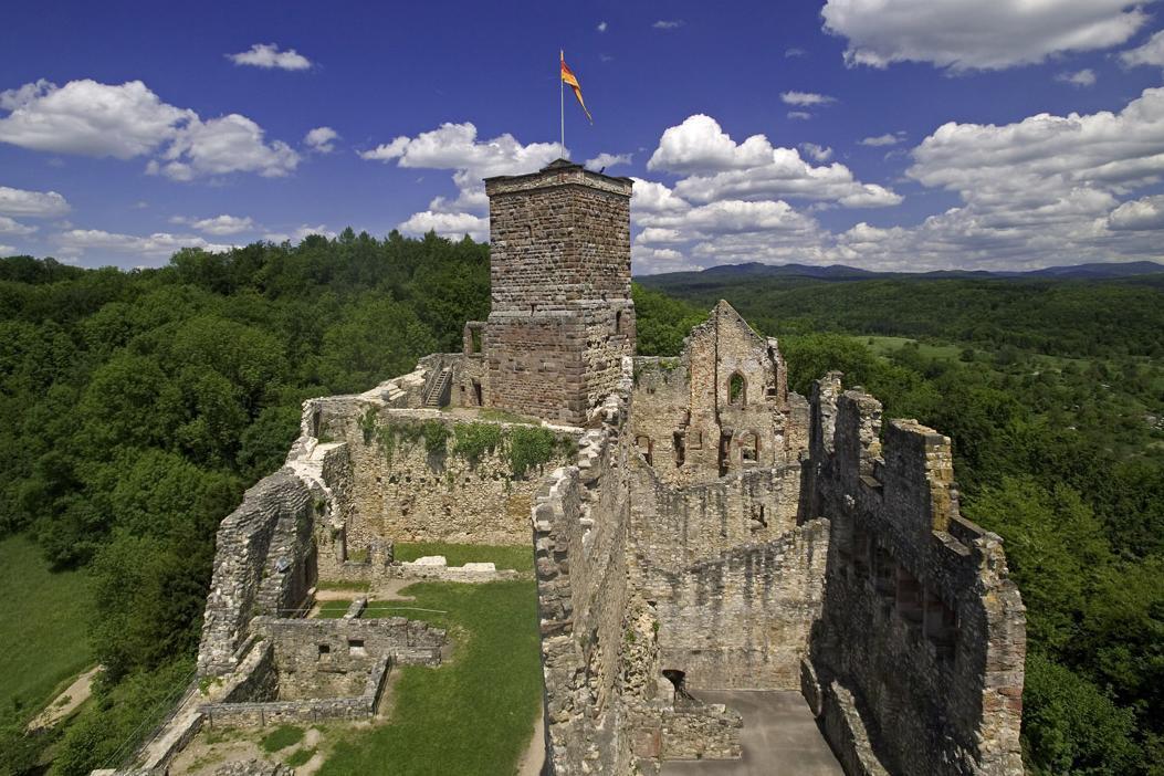 Burgruine Rötteln aus Westen, Oberburg mit Bergfried