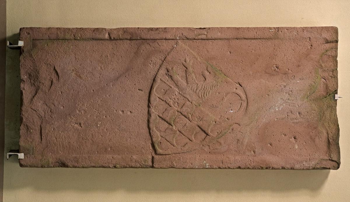 Grabplatte der Herren von Rötteln mit badischem/hachbergischem Wappen, 14.Jahrhundert; Foto: Staatliche Schlösser und Gärten Baden-Württemberg, Arnim Weischer