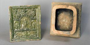 Farbig glasierte Ofenkacheln und Irdenware aus dem Keramikfund rund um die Burg Rötteln