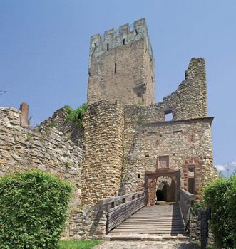 A steep path leads up to the castle gateway; photo: Staatliche Schlösser und Gärten Baden-Württemberg, Arnim Weischer