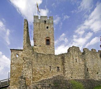 Aussenmauer und Bergfried der Burg Rötteln