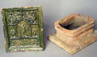 Farbig glasierte Ofenkacheln und Irdenware aus dem Keramikfund rund um die Burg Rötteln; Foto: Staatliche Schlösser und Gärten Baden-Württemberg, Arnim Weischer