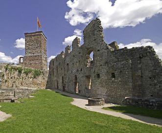 Der obere Burghof mit Palas, Bergfried und Brunnen