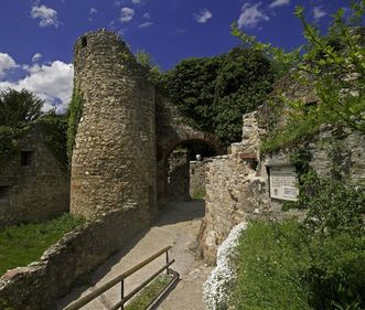 Eingang zur Unterburg mit Turmruine von Burg Rötteln