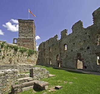 Palas mit Brunnen und Bergfried von Burg Rötteln