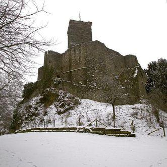 Verschneite Anlage von Nordwesten, Oberburg mit Bergfried