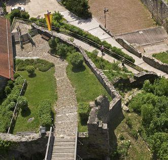 Luftansicht aus Osten auf die Zugbrücke von Burg Rötteln