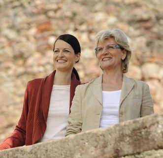 Besucherinnen auf Burg Rötteln genießen die Aussicht