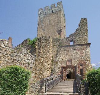 Blick auf den Bergfried mit vorgelagerter Brücke zum Eingangstor von Burg Rötteln