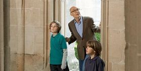 Vater mit Söhnen bei Besichtigung